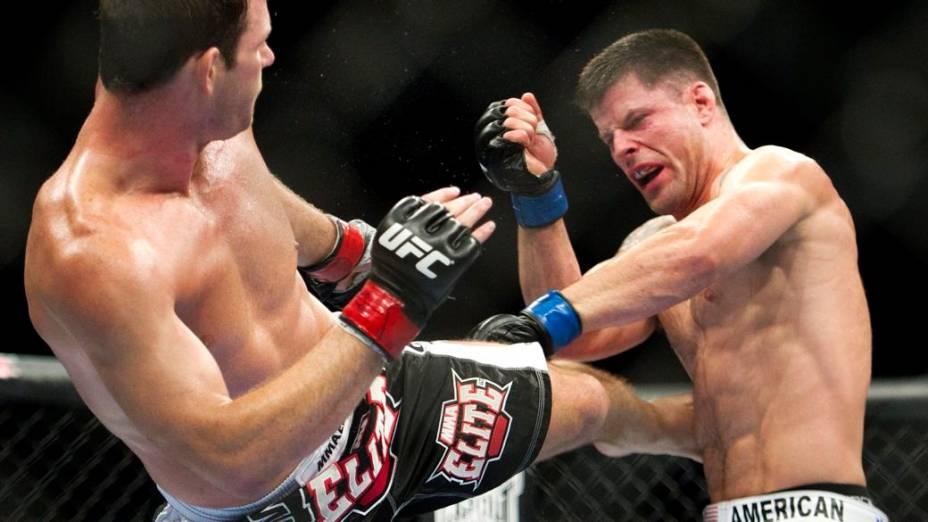 Michael Bisping (à esq.) acerta Brian Stann no UFC 152, em Toronto