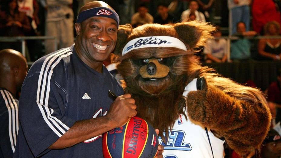 Michael Clarke Duncan posa com mascote da NBA