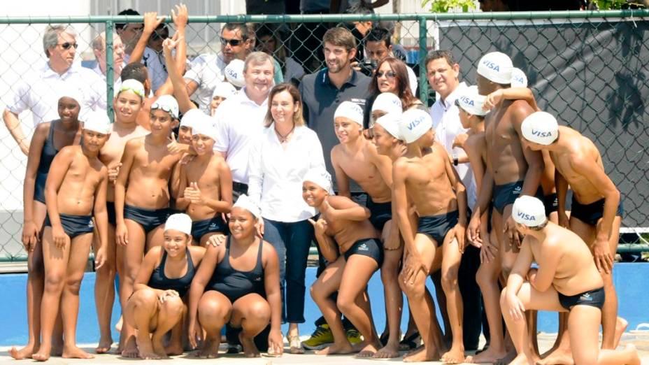 Michael Phelps, maior medalhista da história das Olimpíadas, visita o Complexo do Alemão, no Rio de Janeiro