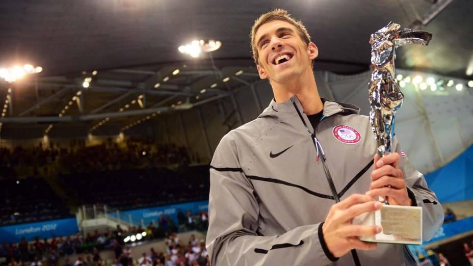 Michael Phelps exibe troféu de maior atleta olímpico de todos os tempos recebido nas Olimpíadas de Londres, em 04/08/2012