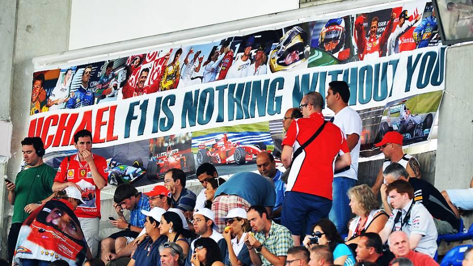 Torcida para Michael Schumacher durante treino classificatório para o GP do Brasil