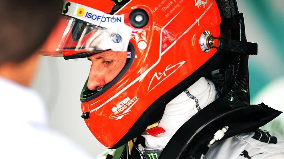 Michael Schumacher no box, durante treino classificatório para o GP do Brasil