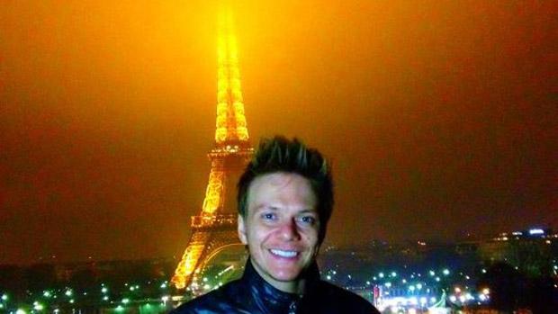 Michel Teló posa com Torre Eiffel ao fundo
