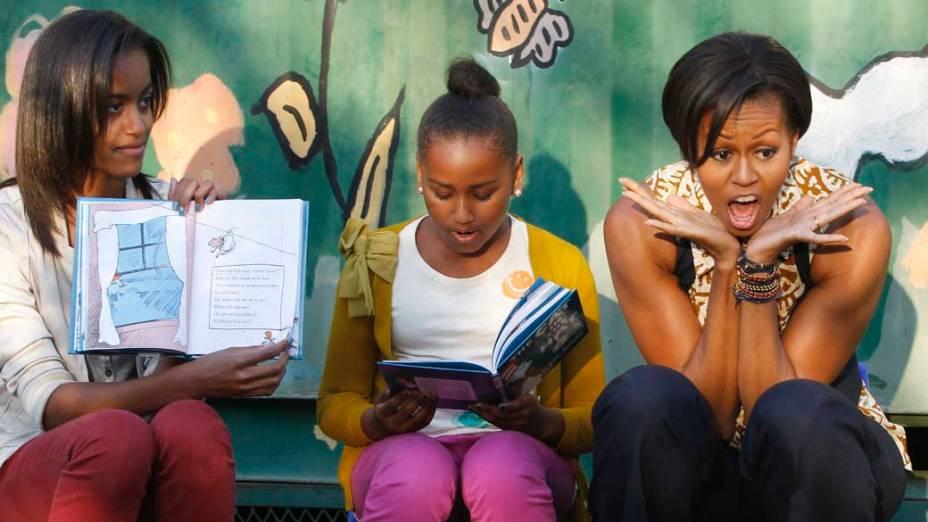 A primeira-dama americana Michelle Obama e suas filhas Sasha e Malia contam histórias infantis em centro comunitário na cidade de Johanesburgo, África do Sul