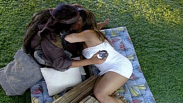 Monique fingiu que beijava o mendigo Fael