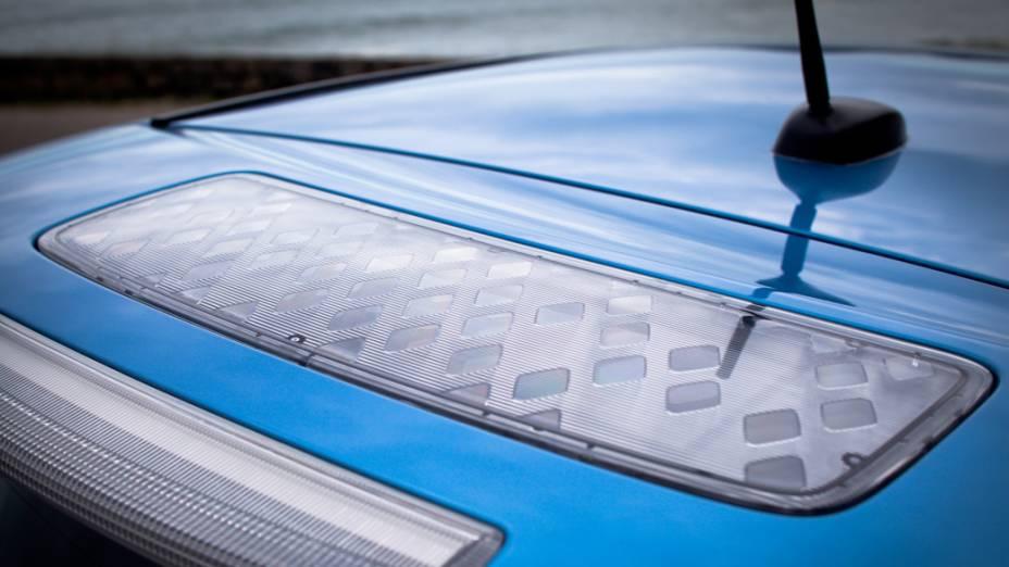 Painel solar no teto do Nissan Leaf: fonte de energia para luzes de freio e sinais laterais