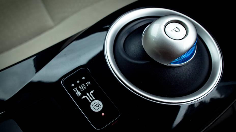 O câmbio: botão semelhante a um joystick seleciona a posição de estacionamento, marcha normal ou ré