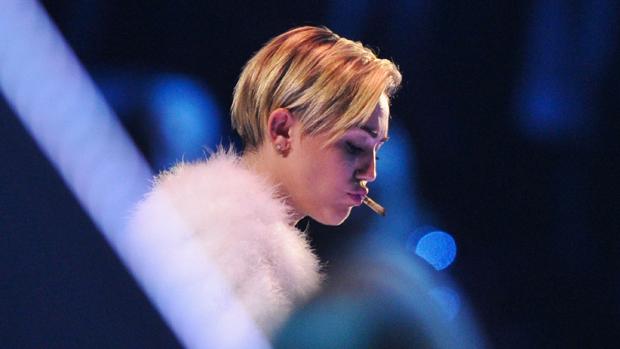 Miley Cyrus fuma cigarro suspeito no palco do EMA 2013