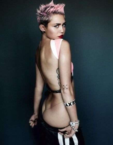 A cantora Miley Cyrus em ensaio para a V Magazine