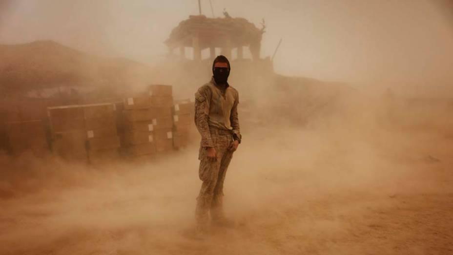 Militar americano Brandon Voris em meio a tempestade de areia no acampamento de Kunjak, na província de Helmand, ao sul do Afeganistão