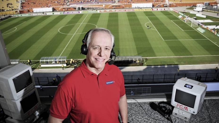 Milton Leite, narrador do canal SportTV, em cabine do Estádio do Pacaembu