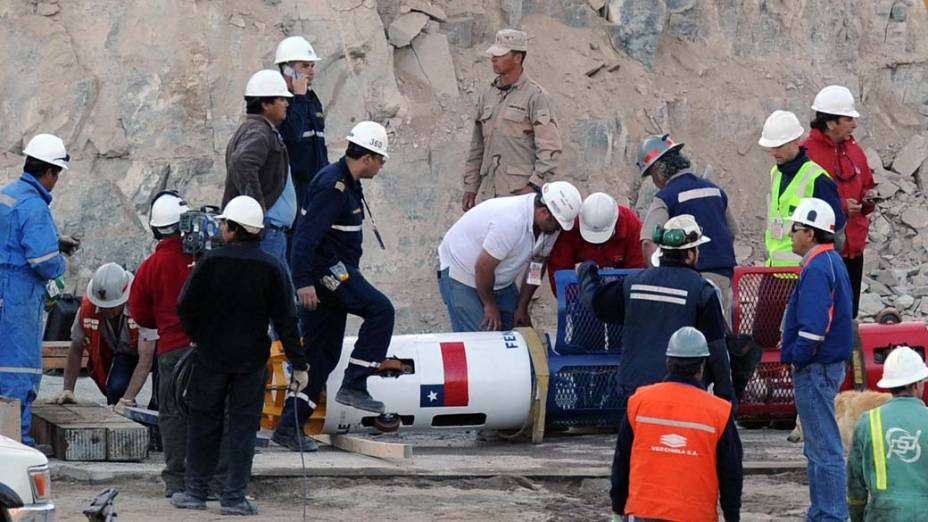 Técnicos preparam a cápsula Fênix que resgatará os 33 mineiros da mina San José, Chile