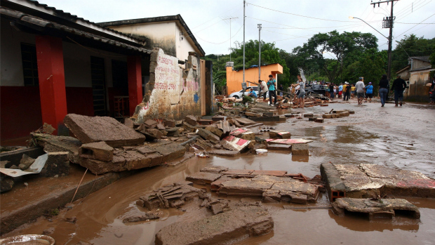 O ribeirão Camarão, que deságua no rio Paraopeba, transbordou e alagou varias casas em Florestal , na região metropolitana de Belo Horizonte (MG), na madrugada deste sábado.