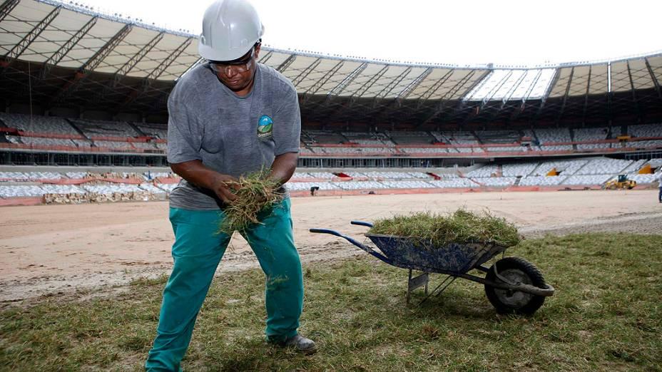 Nesta sexta-feira, o gramado do estádio Mineirão começou a ser plantado