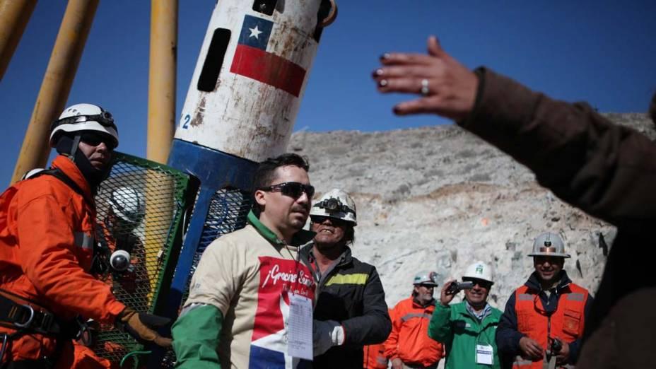 Mineiro Edison Peña é resgatado pela cápsula Fênix na mina San José, Chile