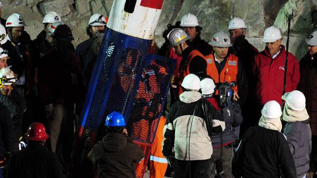 O primeiro membro da equipe de resgates a descer, Manuel Gonzalez, entra na capsula Fênix 2