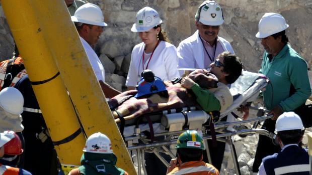 O mineiro Yonni Barrios é levado pela equipe médica