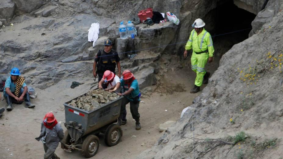 Equipes movem minerais e rochas na tentativa de resgate dos nove mineiros soterrados há quatro dias, no Peru