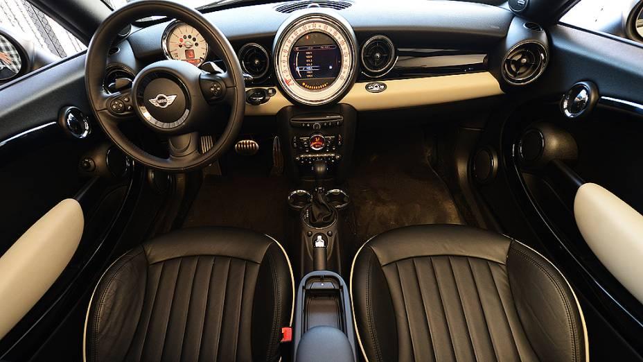 Interior do Mini Cooper S Roadster: instrumentos em inspiração retrô
