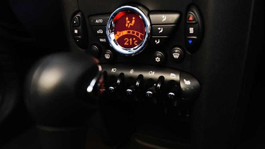 Também no painel, o controle do ar-condicionado digital