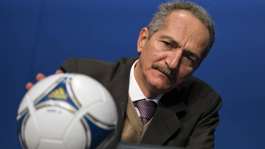 Ministro do Esporte Aldo Rebelo observa bola durante reunião com dirigentes da Fifa