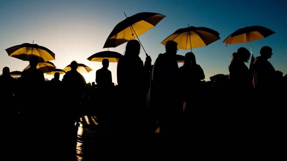 Padres usam sombrinhas para se proteger do sol durante missa realizada pelo Papa Bento XVI na Grã-Bretanha