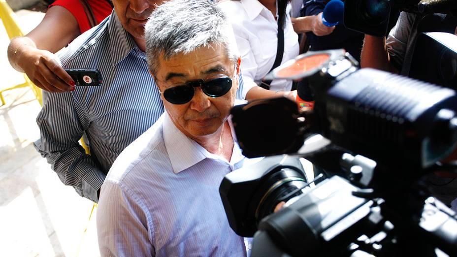 O pai de Mércia Nakashima, Mário Nakashima, chega para o segundo dia de julgamento do ex-PM Mizael Bispo de Souza, no Fórum de Guarulhos, nesta terça-feira(12)
