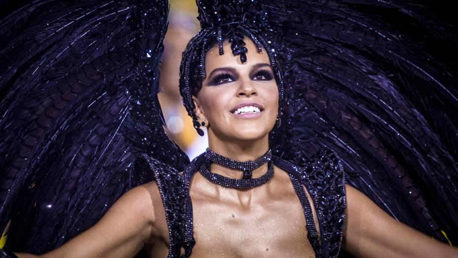 A rainha de bateria Mariana Rios, durante desfile da escola de samba Mocidade Independente de Padre Miguel pelo Grupo Especial, no Sambódromo Marquês de Sapucaí no Rio de Janeiro (RJ), nesta segunda-feira (03)
