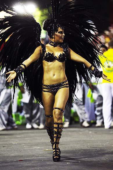 A rainha de bateria Mariana Rios, durante desfile da escola de samba Mocidade Independente de Padre Miguel pelo Grupo Especial, no Sambódromo Marquês de Sapucaí no Rio de Janeiro (RJ), nesta segunda-feira (3)