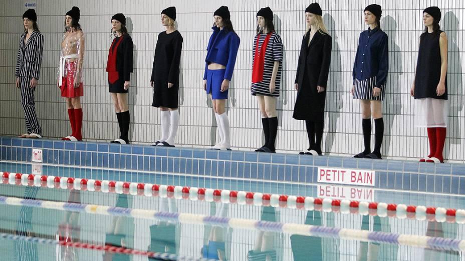 Modelos apresentam criações do designer francês Simón Porte Jacquemus para coleção Outono-Inverno durante a Semana de Moda de Paris