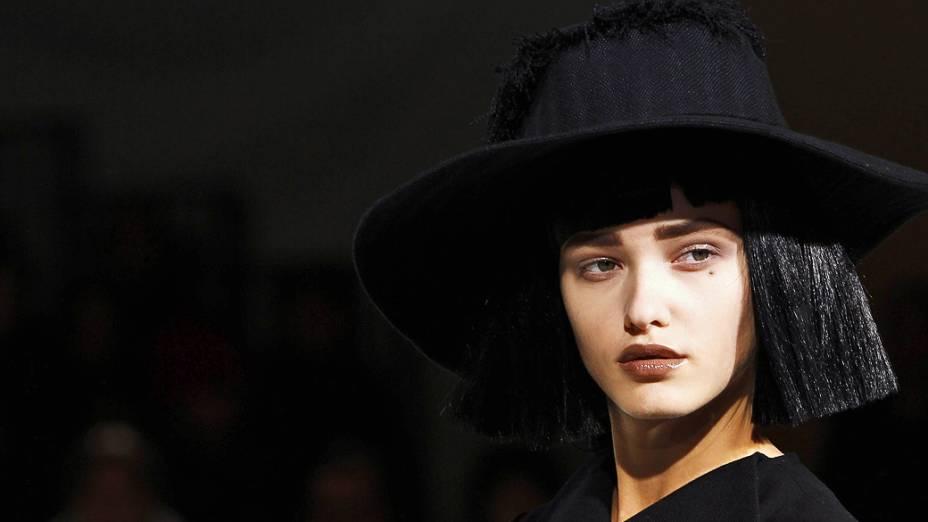 Modelo apresenta criação do designer japonês Yohji Yamamoto para coleção Outono-Inverno durante a Semana de Moda de Paris