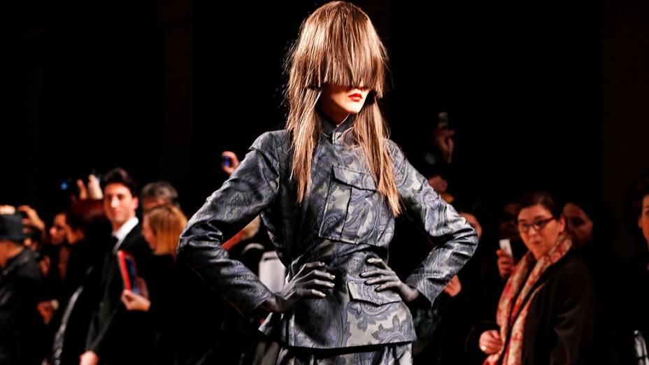 Modelo apresenta criação dos designers da AF Vandevorst para coleção Outono-Inverno durante a Semana de Moda de Paris