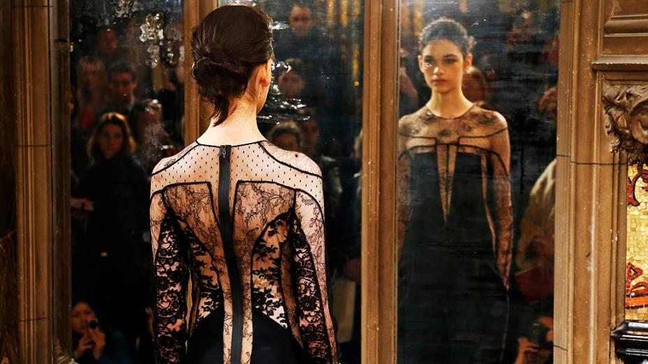 Modelos apresentam criações da designer francesa Anne Valerie Hashpara coleção Outono-Inverno durante a Semana de Moda de Paris