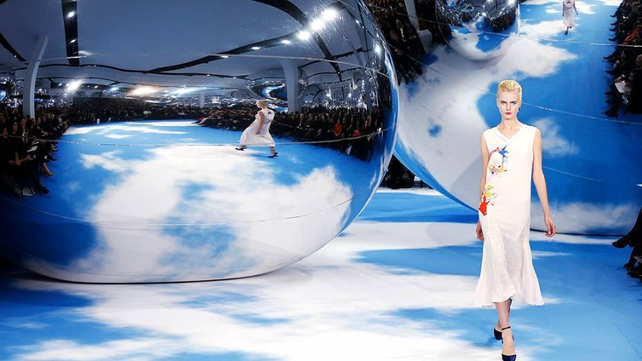Modelo apresenta criação do designer belgaRaf Simonspara coleção Outono-Inverno durante a Semana de Moda de Paris