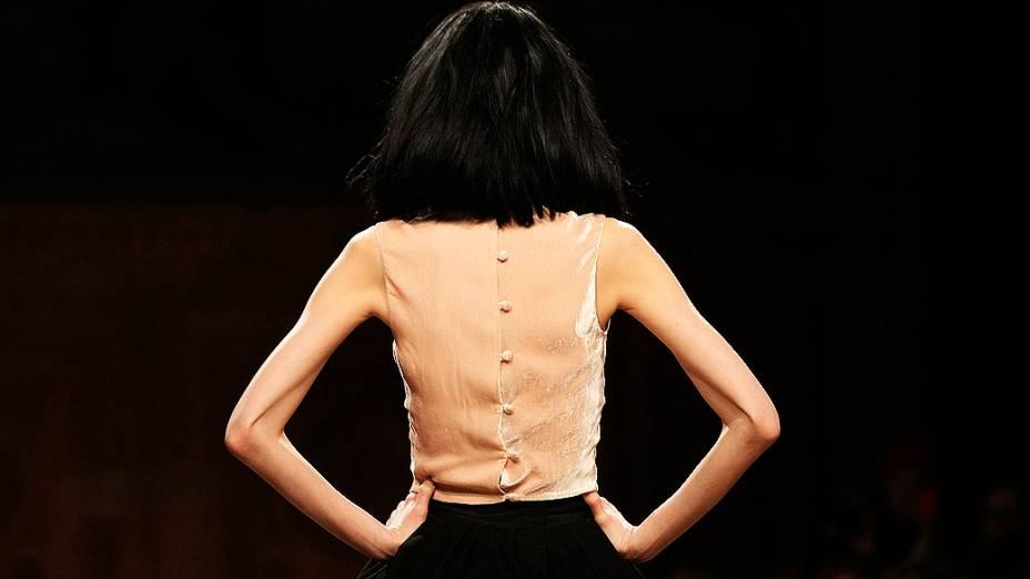 Modelo apresenta criação do designeraustraliano Martin Grantpara coleção Outono-Inverno durante a Semana de Moda de Paris