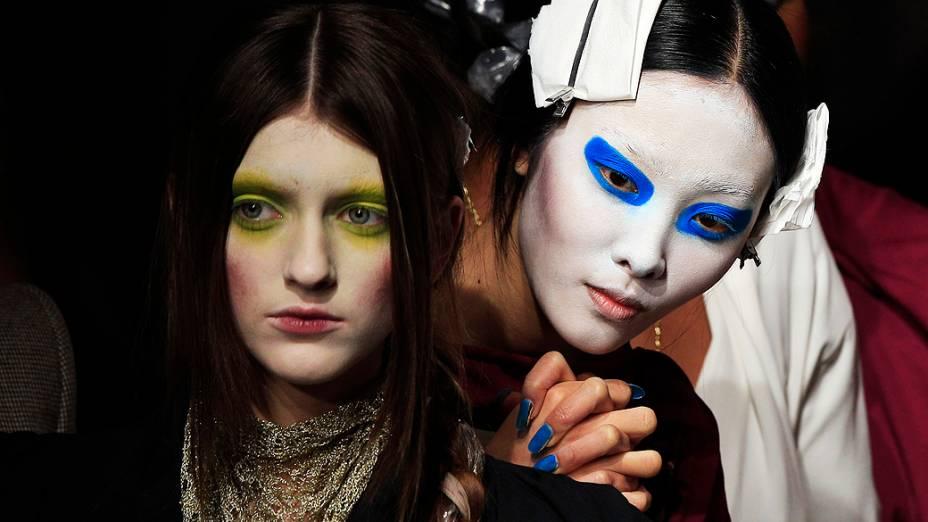 Modelos se preparam para apresentação das criações da estilista britânica Vivienne Westwood para coleção Outono-Iverno, durante a Semana de Moda de Paris