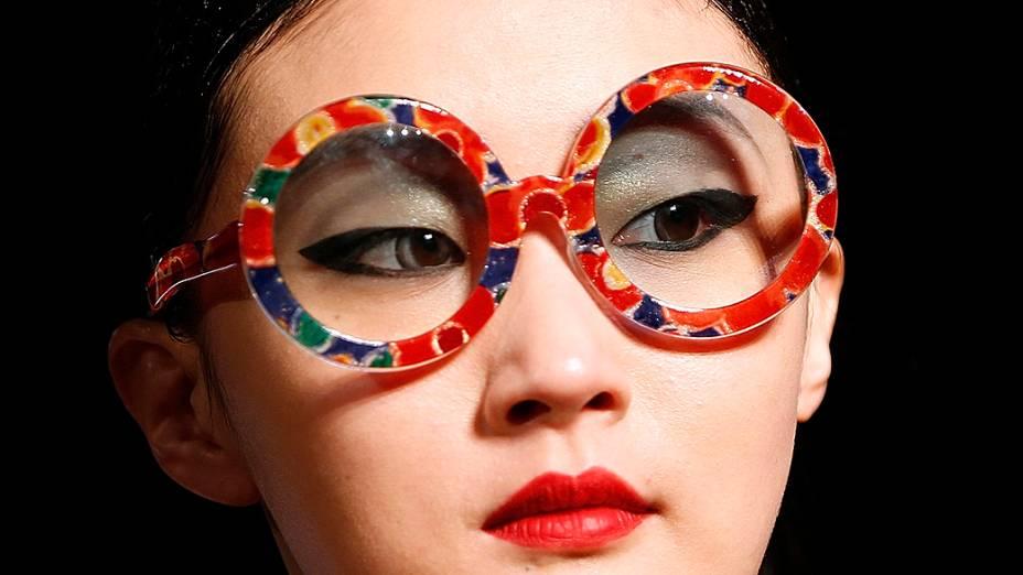Modelo apresenta criação do designer japonês Tsumori Chisato para coleção Outono-Inverno durante a Semana de Moda de Paris