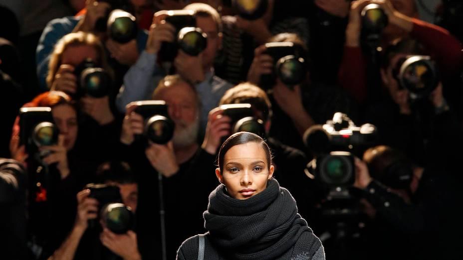 Modelo apresenta criação do designer suíço Albert Kriemler para casa de moda Akris para coleção Outono-Inverno durante a Semana de Moda de Paris