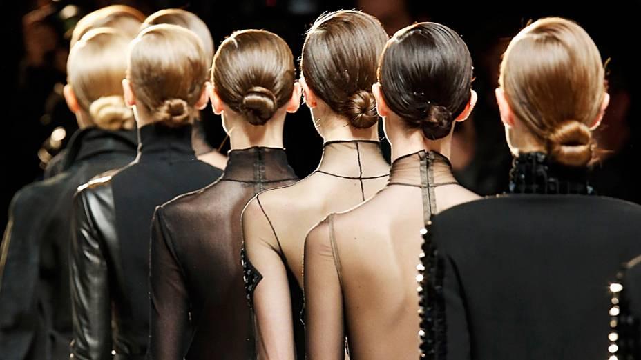 Modelos apresentam criações do designer suíço Albert Kriemler para casa de moda Akris para coleção Outono-Inverno durante a Semana de Moda de Paris