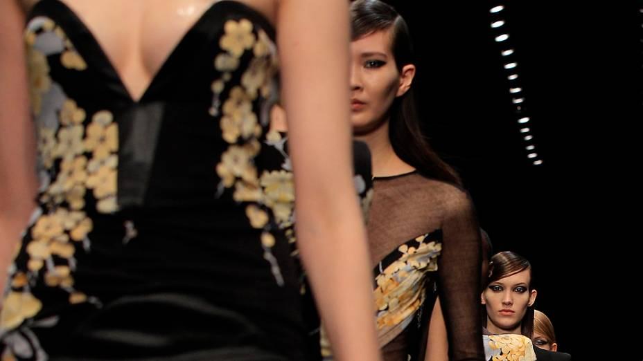 Modelo apresenta criação do designer italiano Raffaele Borriello para coleção Outono-Inverno durante a Semana de Moda de Paris