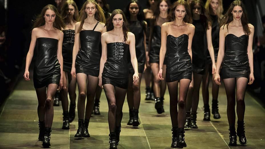 Modelos apresentam criações da casa de moda Saint Laurent durante a Semana de Moda de Paris