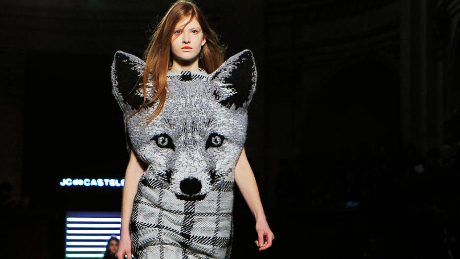 Modelo apresenta criação do designer francês Jean-Charles Castelbajac para a coleção Outono-Inverno durante a Semana de Moda de Paris