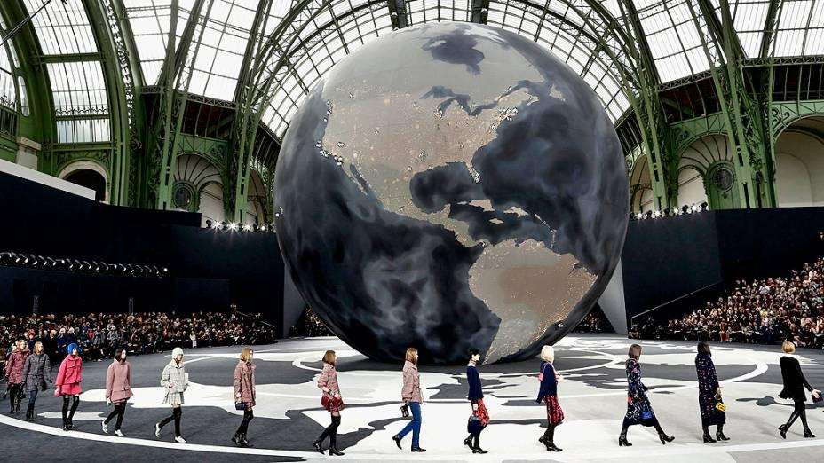 <br><br>  Modelos apresentam criações do designer alemão Karl Lagerfeld para a grife francesa Chanel para coleção Outono-Inverno durante a Semana de Moda de Paris