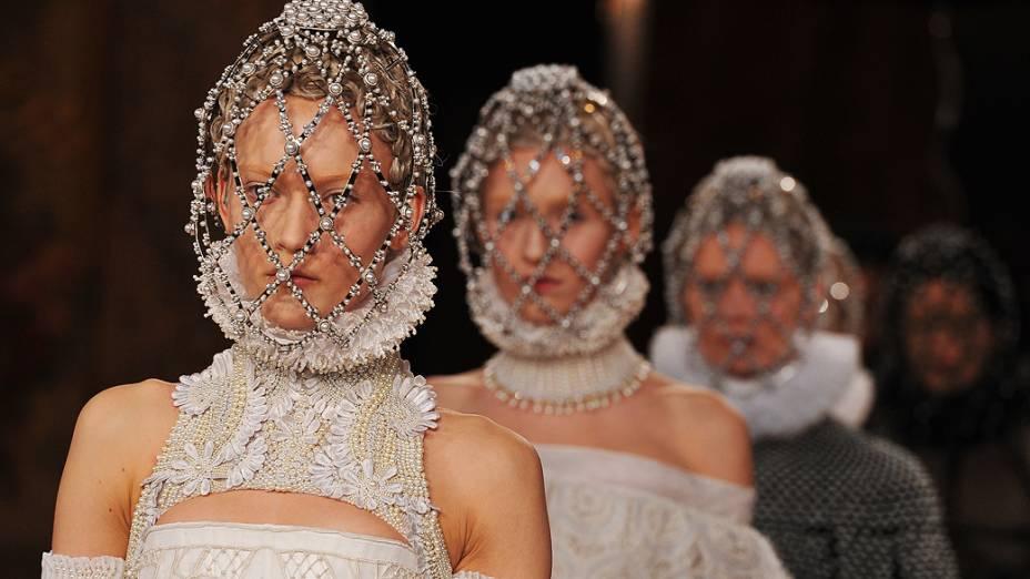 <br><br>  Modelos apresentam criações do designer Alexander McQueen durante a Semana de Moda de Paris