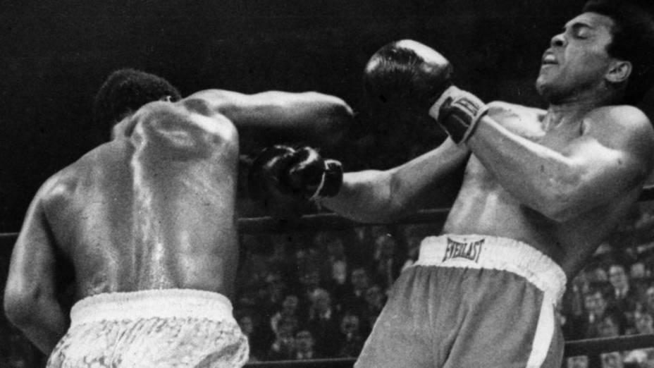 Joe Frazier derrota Muhammad Ali no Madison Square Garden, em Nova York, em 1971