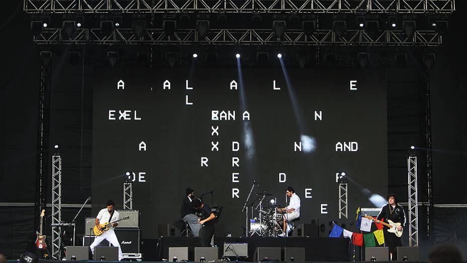 A banda Mombojó se apresenta, durante o segundo dia do Festival Lollapalooza 2015, no Autódromo de Interlagos, em São Paulo