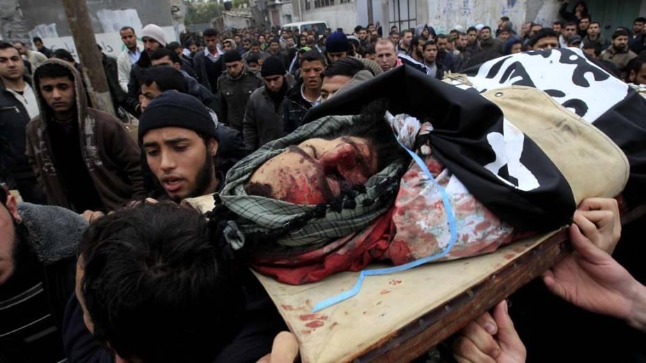 Palestinos carregam o corpo de Momen Abu Daf, morto depois de um ataque aéreo israelita na cidade de Gaza