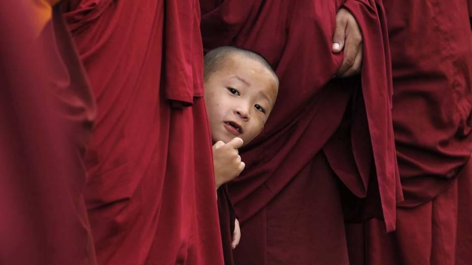 Monges esperam por Dalai Lama em monastério de Bylakuppe, na Índia