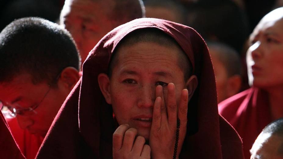 Na Índia, monges comparecem ao funeral de Jamphei Yeshi, exilado tibetano que ateou fogo ao próprio corpo em protesto a visita do presidente chinês ao país