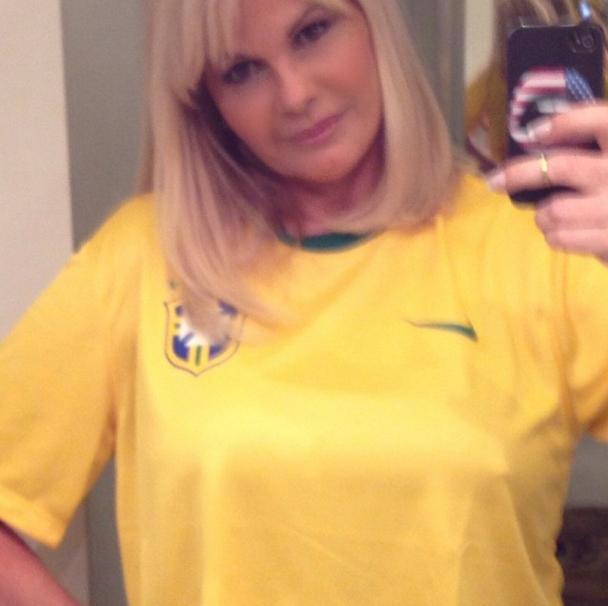 Monique Evans com a camisa verde e amarela